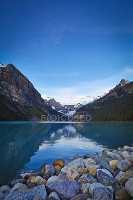 Verschneite Berge mit Blick auf den See — Stockfoto