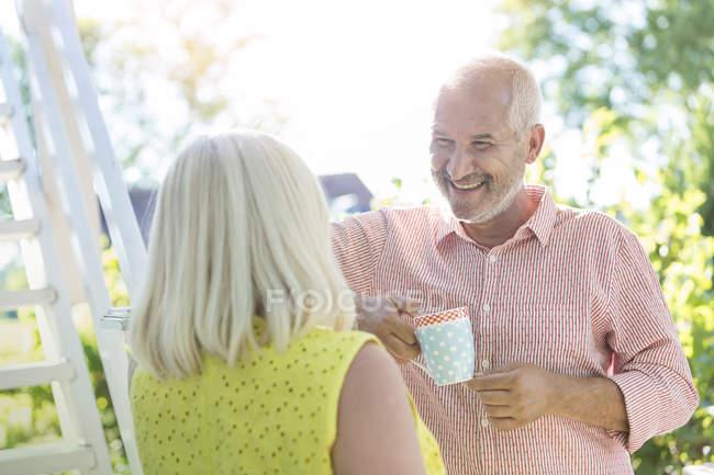 Lächelndes Seniorenpaar trinkt Kaffee im Freien — Stockfoto