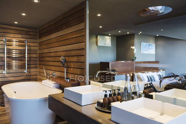Sinks and bathtub in modern bathroom — Stock Photo