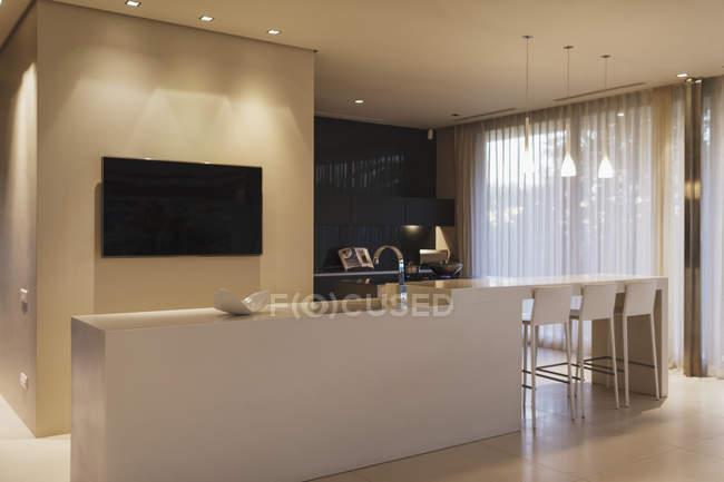 Vista panorâmica do interior da cozinha moderna — Fotografia de Stock