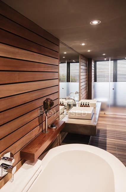 Ванни і раковин в сучасній ванній кімнаті — стокове фото