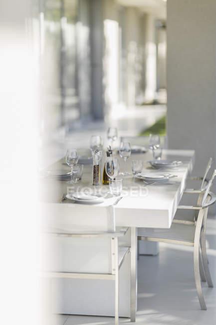 Conjunto mesa de jantar no interior do pátio moderno — Fotografia de Stock