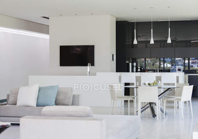 Sofa und Esstisch im modernen Wohnraum — Stockfoto