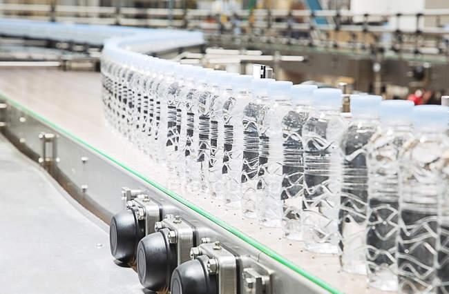 Пляшки з конвеєра на заводі — стокове фото