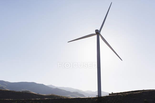 Силуэт ветровой турбины в сельский пейзаж — стоковое фото
