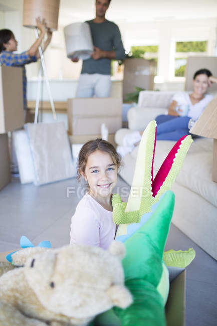Girl playing with stuffed animals in new house — Stock Photo
