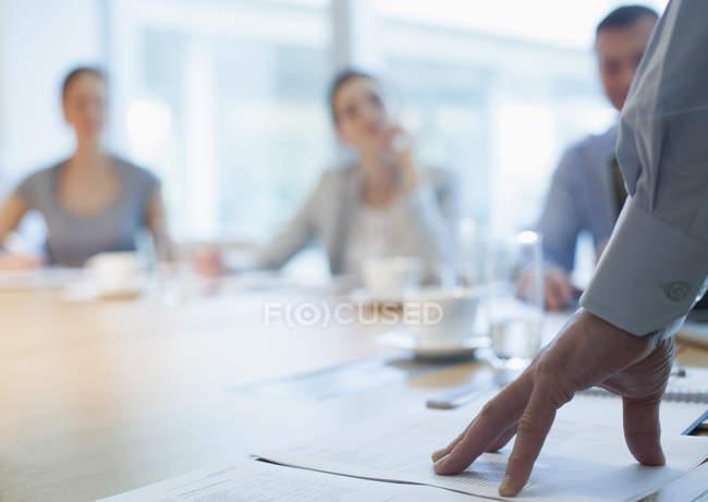 Бізнесмен говорити в зустрічі — стокове фото