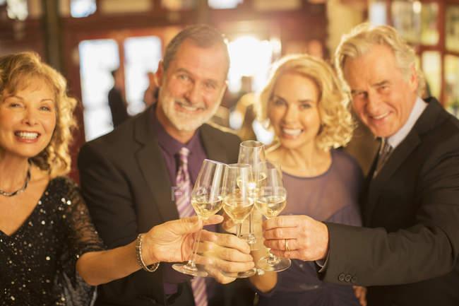 Портрет хорошо одетых пар, пьющих шампанское в фойе театра — стоковое фото