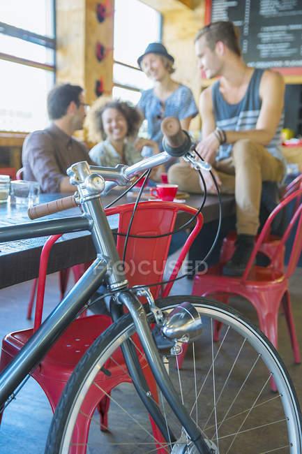 Amici appendere fuori al café dietro biciclette — Foto stock