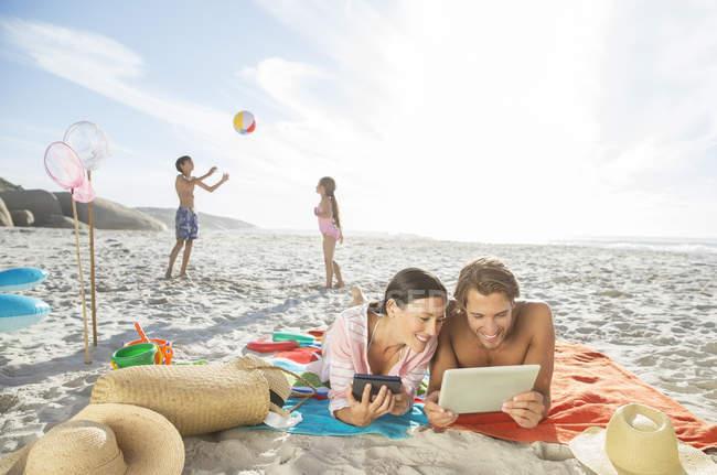 Famiglia rilassarsi insieme sulla spiaggia — Foto stock
