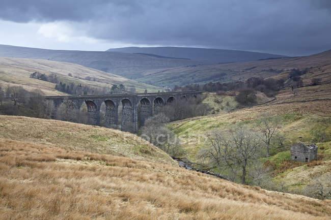 Ponte de pedra na paisagem rural durante o dia — Fotografia de Stock