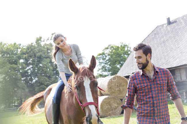 Верховая езда мужчин на сельских пастбищах — стоковое фото