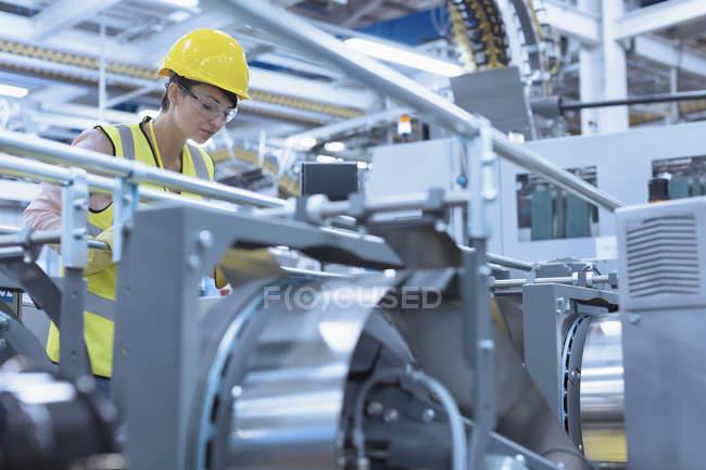 Работник на заводе — стоковое фото