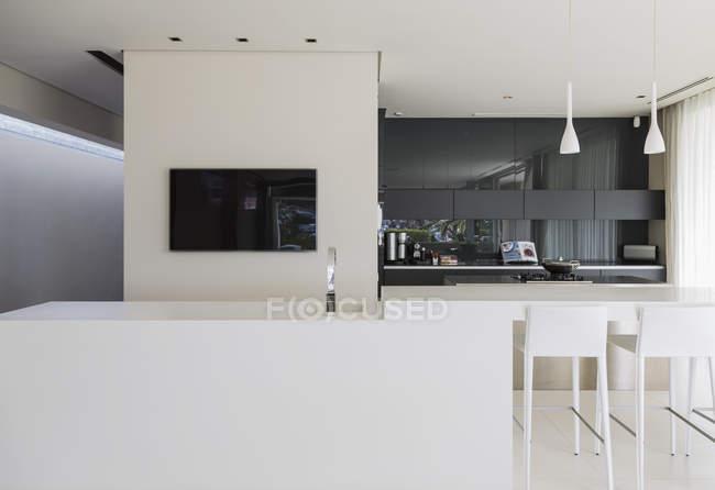 Barra de pia e pequeno-almoço na cozinha moderna — Fotografia de Stock