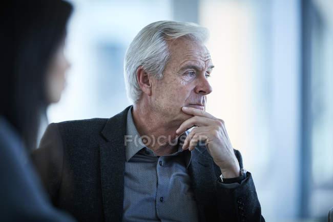 Ernst senior Geschäftsmann wegschauen — Stockfoto