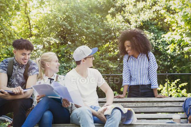 Студенти коледжу гуляти вивчення лавки паркові — стокове фото