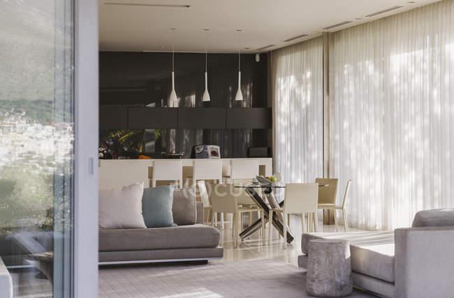 Диван и обеденный стол в современном жизненном пространстве — стоковое фото
