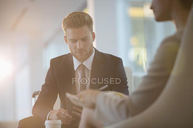 Geschäftsleute im Amt — Stockfoto