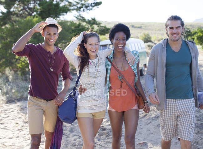 Friends walking on beach during daytime — Stock Photo