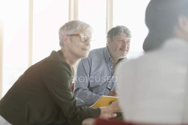 Gens d'affaires attentif à l'écoute en réunion — Photo de stock