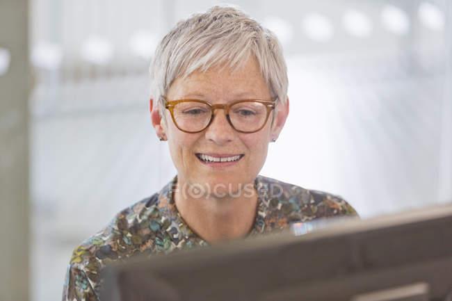 Caucasien senior femme d'affaires travaillant à l'ordinateur — Photo de stock