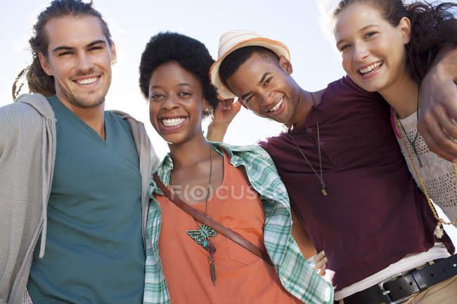 Portrait d'amis souriants pendant la journée — Photo de stock