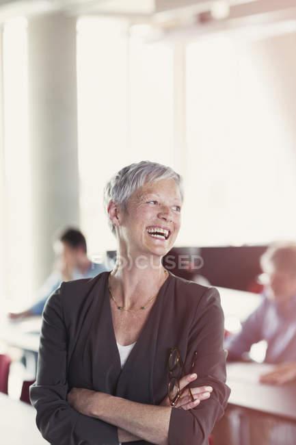 Сміючись старший жінка в класі освіти дорослих — стокове фото