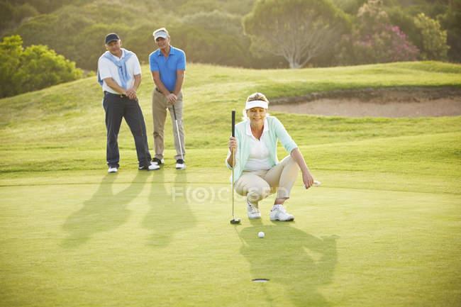 Senioren spielen Golf auf dem Platz — Stockfoto