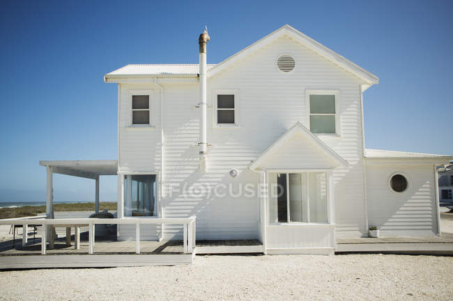 White beach house against blue sky — Stock Photo