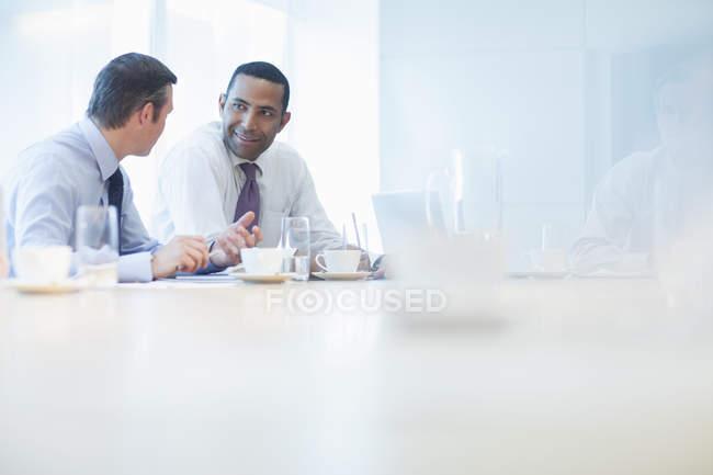 Бизнесмены, говорить в конференц-зале — стоковое фото
