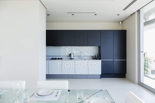 Conjunto de mesa no interior da cozinha moderna — Fotografia de Stock