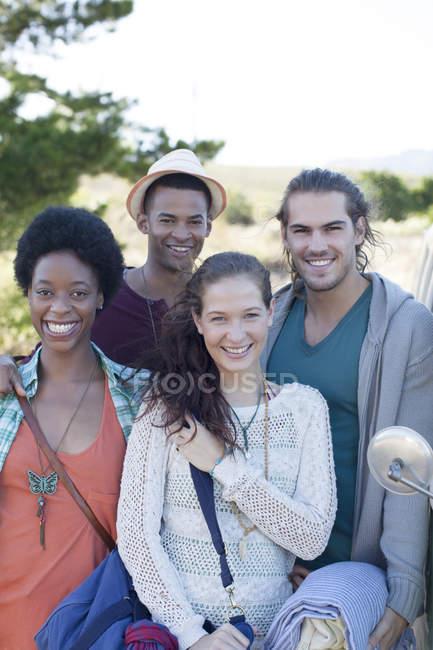 Друзья, улыбающиеся днем на улице — стоковое фото
