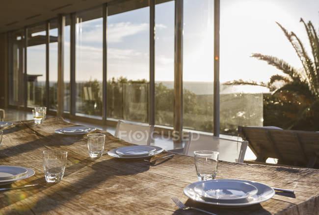 Настройка таблицы в интерьере современной столовой — стоковое фото
