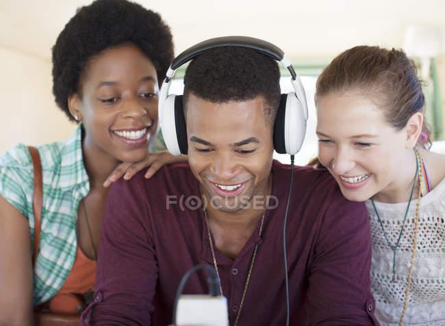 Freunde hören MP3-Player im Auto — Stockfoto