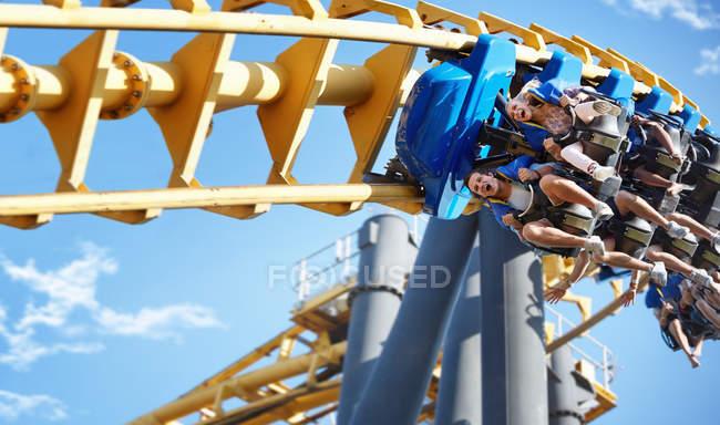 Amis, parc d'attractions ride d'équitation — Photo de stock