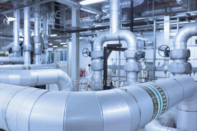 Réseau de tuyaux en usine à l'intérieur — Photo de stock