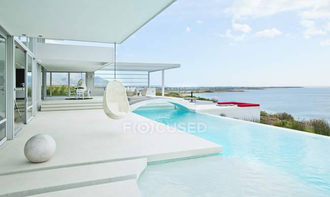 Swimming pool and modern house — Stock Photo