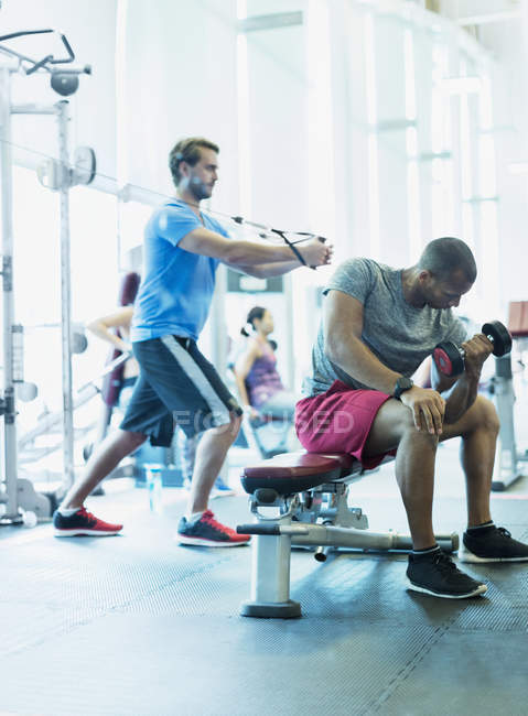 Men working out at gym — Stockfoto