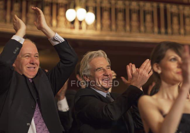 Uomini entusiasti che applaude in pubblico del Teatro — Foto stock