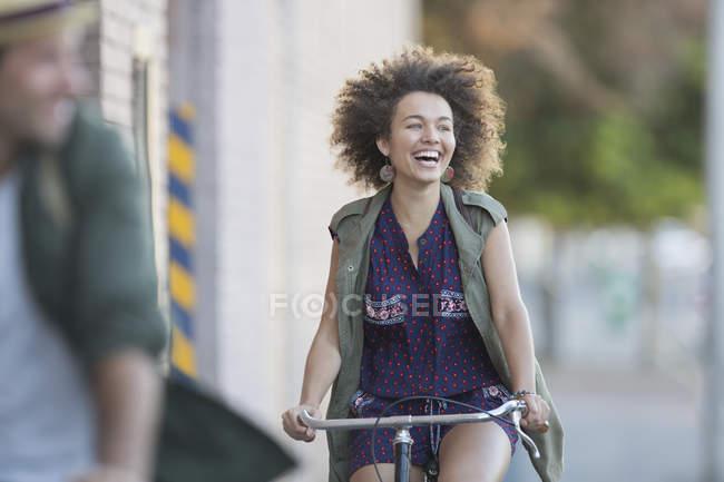 Entusiasta donna con afro in bicicletta — Foto stock