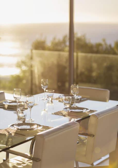 Встановити таблиці у сучасній їдальні інтер'єру — стокове фото