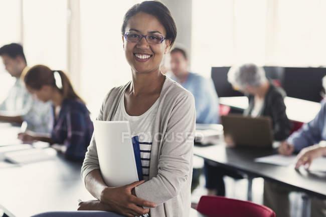 Портрет студента впевнено освіти дорослих з книг в класі — стокове фото