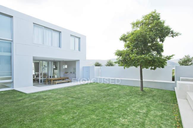 Prato esterno casa moderna — Foto stock