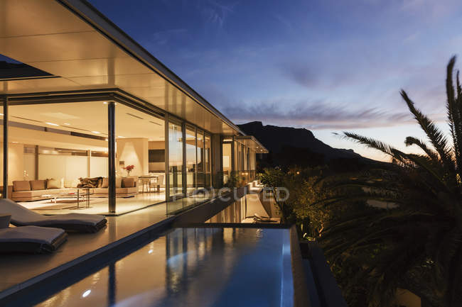 Casa moderna com vista para as montanhas ao entardecer — Fotografia de Stock