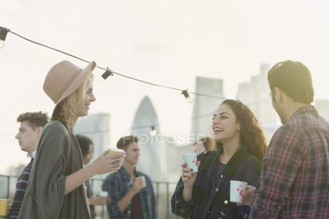 Junge Erwachsene Freunde trinken und reden auf Party auf dem Dach — Stockfoto