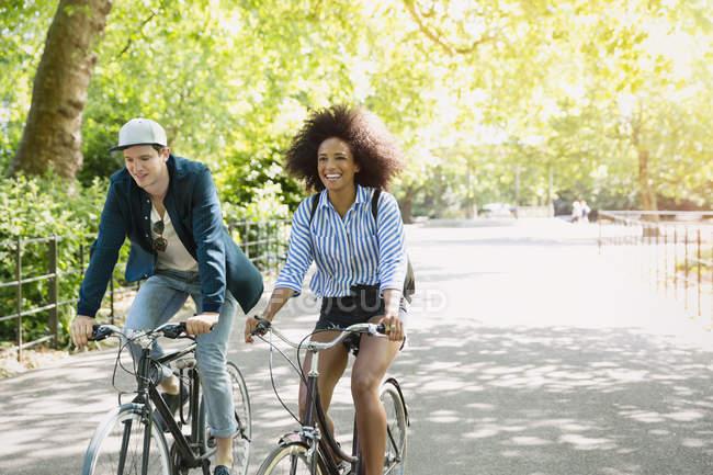 Freunde auf Fahrrädern im park — Stockfoto