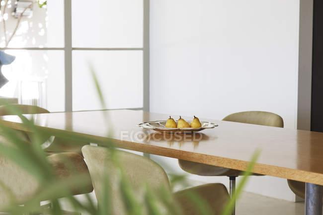В блюдо на їдальня таблицю грушами — стокове фото