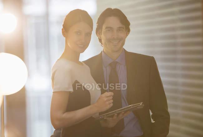 Ділові люди, посміхаючись в офісі — стокове фото