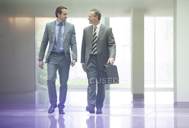 Hommes d'affaires parler dans le hall d'entrée Bureau — Photo de stock