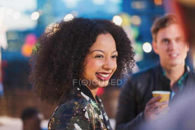 Lächelnde Frau genießen Partei — Stockfoto